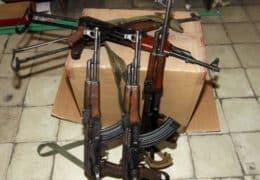 Saisie d'armes par la police albanaise. depuis un an environ, avec les attaques menées par les djihadistes français et belges revenus de Syrie l'attention s'est portée sur les armes, leur acheminement vers le coeur de l'Europe, et sur les gangsters des Balkans qui fournissent le grand banditisme en Europe occidentale. /Photo prise le 28 novembre 2015/REUTERS/Arben Celi